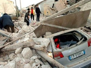 Una strada devastata dal terremoto